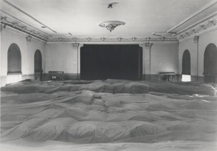 Der Saal Berlin Lübars als Düngemittellager, leider war von den Wandmalerein nicht mehr viel zu sehen.