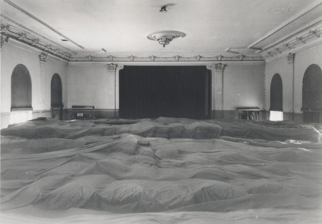 Der Saal als Düngemittellager, leider war von den Wandmalerein nicht mehr viel zu sehen.
