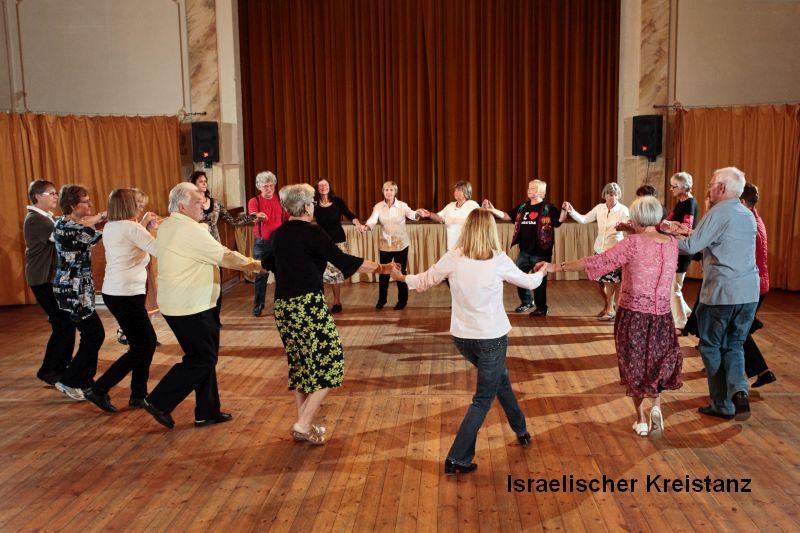 Israelischer Kreistanz der Volkstanzgruppe des LabSaal Berlin Lübars