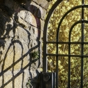 Tor mit Schatten an der Wand, Fotografie von Barbara Thiele