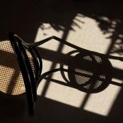 Stuhl mit Korbsitzfläche und Schatten, Fotografie von Felix Sieber