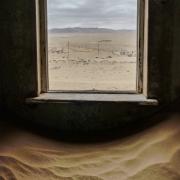 Blick durch ein Fenster, Fotografie von Gisela Peters