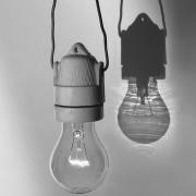 Glühbirne mit Schatten, Fotografie von Sabine Böck