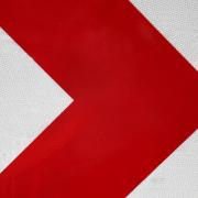 Ein dicker roter Pfeil auf weißem Untergrund zeigt nach rechts.