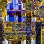 Das Innere einer farbenfrohen Moschee, mit Hilfe eines Programms verfremdet dargestellt