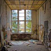 Raum mit Fenster, abgerissener Tapete, Fotografie von Dieter Kirsch