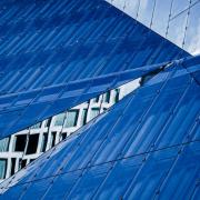 Querformatiges Foto, auf dem 2 große dunkelblaue und eine hellblaue Fläche ein grafisches Muster ergeben.e hellblau