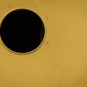 Eine gelbe Fläche mit einem kreisrunden, schwarzen Loch.