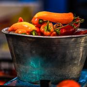 Eine Waagschale voller Paprika
