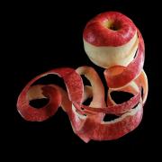 Ein teilweise geschälter Apfel mit der Apfelschale dekorativ