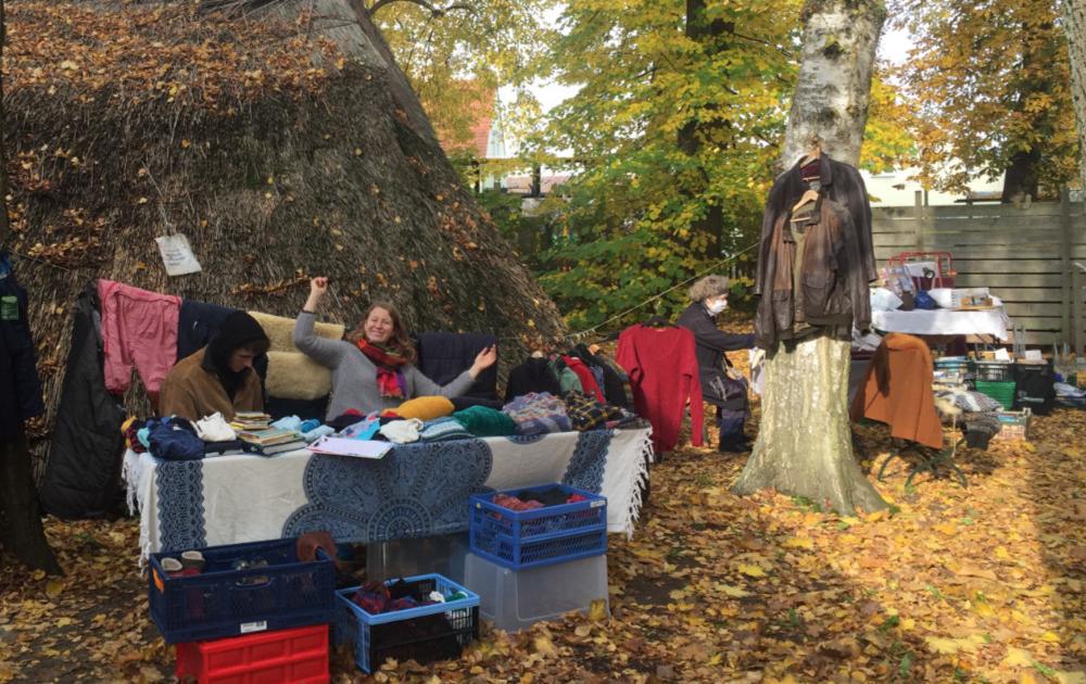 Flohmarktstand mit Bäumen und Herbstlichen Laub