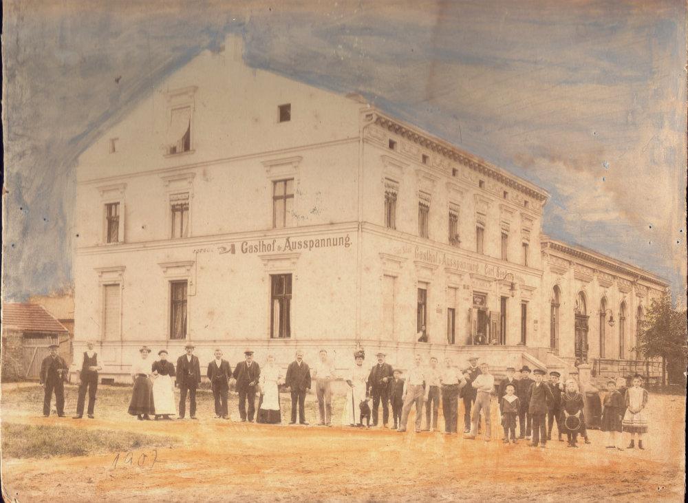 Personen stehen vor einem Gasthof Gebäude, altes Foto von 1909