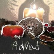 Eine brennende Adventkerze mit Apfel