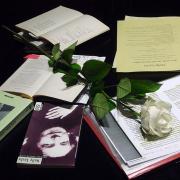 Stillleben mit einer weissen Rose und Büchern von Nelly Sachs