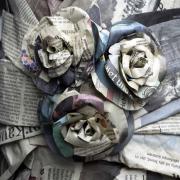 Stillleben mit drei Rosen aus Zeitungspapier