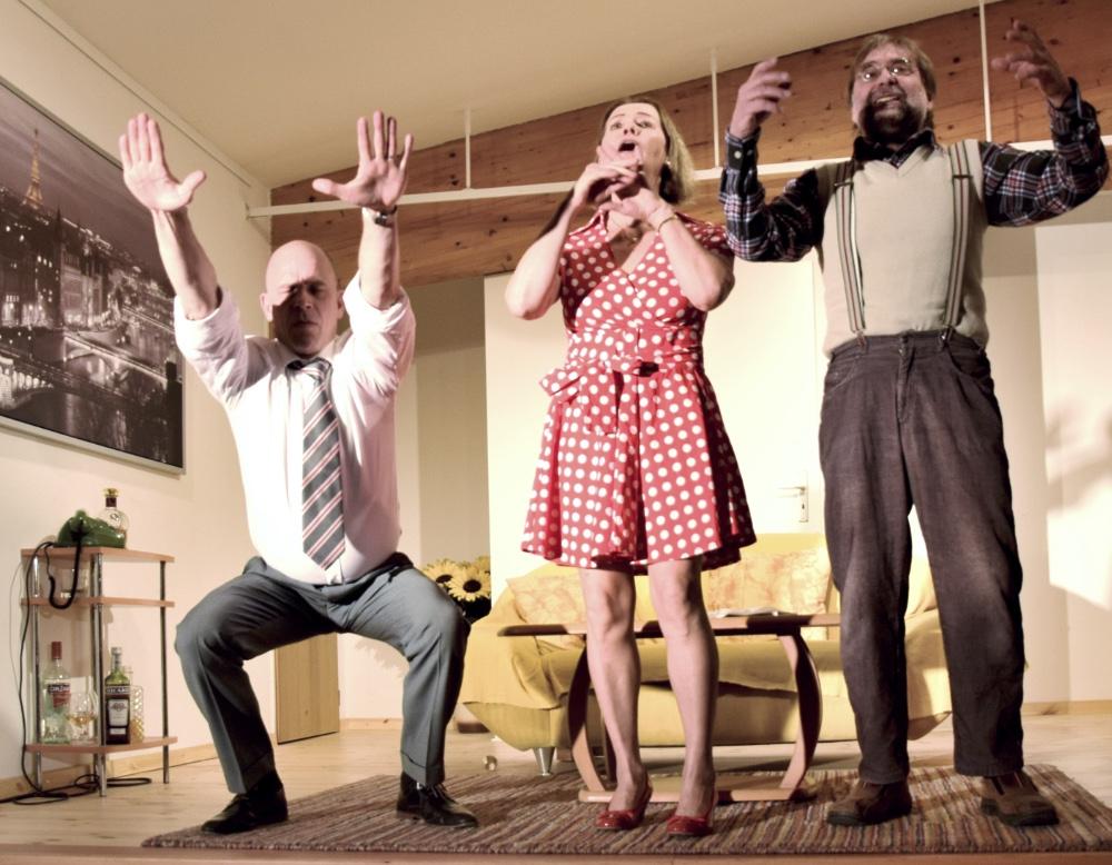 BOEING BOEING, drei Schauspieler des TaFF Theater Berlin Lübars und Heiligensee beim Schauspiel.