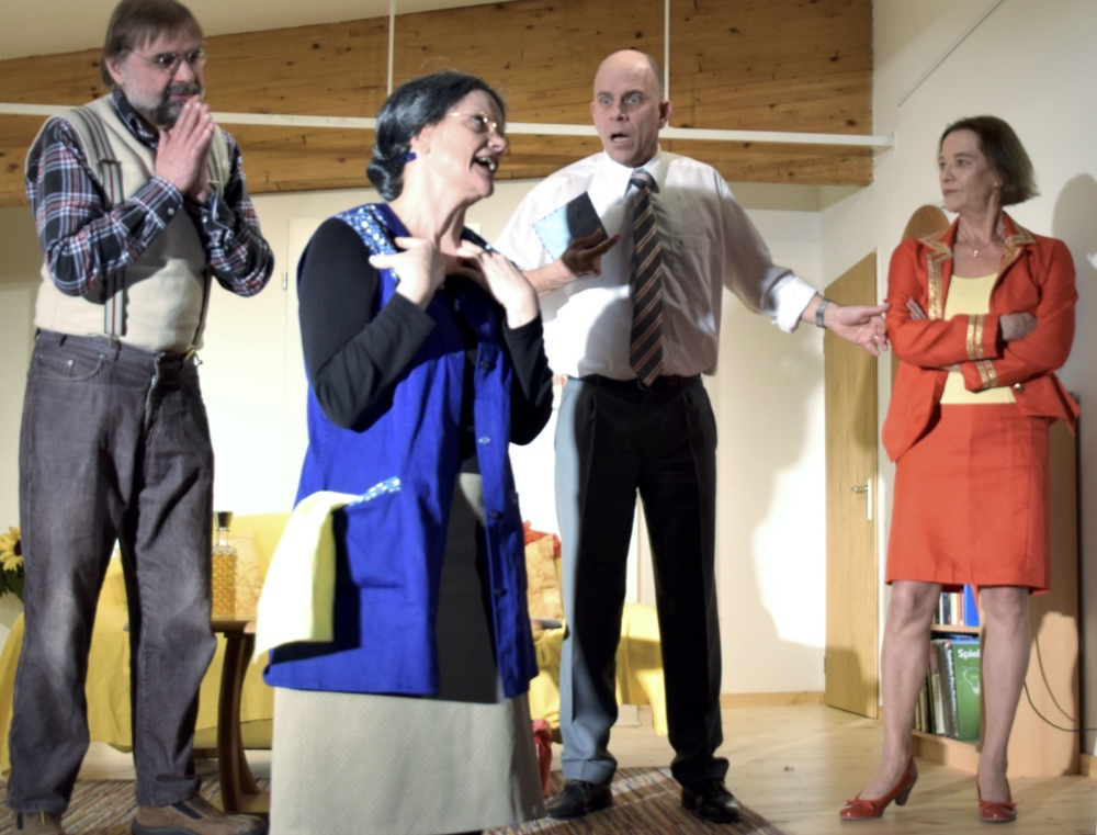 BOEING BOEING, vier Schauspieler des TaFF Theater Berlin Lübars und Heiligensee beim Schauspiel.