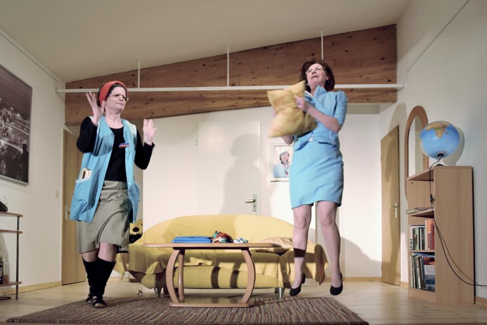 BOEING BOEING, zwei Schauspielerinnen des TaFF Theater Berlin Lübars und Heiligensee beim Schauspiel.