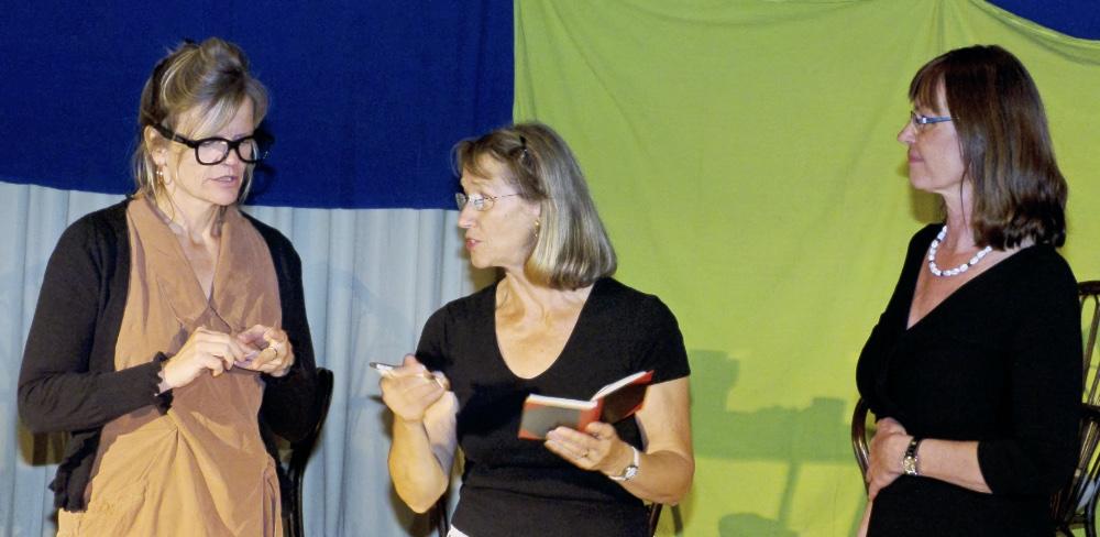 Das Leben ist eine Einbahnstrasse, drei Schauspielerinnen des TaFF Theater Berlin Lübars und Heiligensee beim Schauspiel.