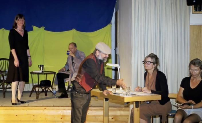 Das Leben ist eine Einbahnstrasse, fünf Schauspieler des TaFF Theater Berlin Lübars und Heiligensee beim Schauspiel.