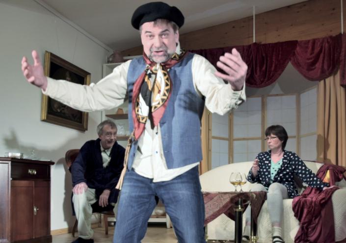 Denn sie wissen nicht, was sie erben, drei Schauspieler des TaFF Theater Berlin Lübars und Heiligensee beim Schauspiel.