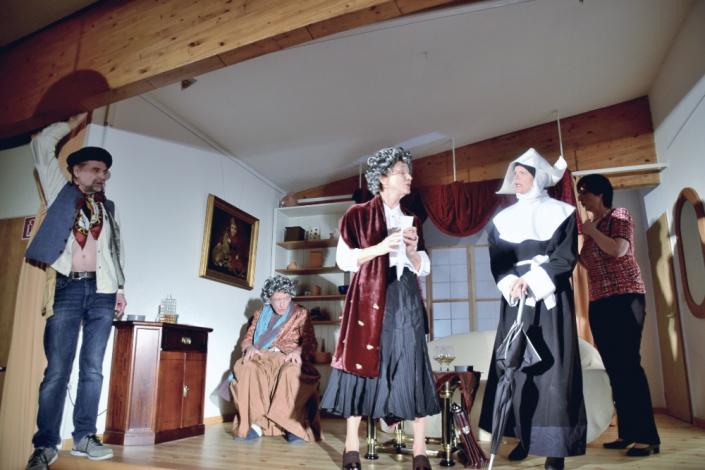 Denn sie wissen nicht, was sie erben, fünf Schauspieler des TaFF Theater Berlin Lübars und Heiligensee beim Schauspiel.