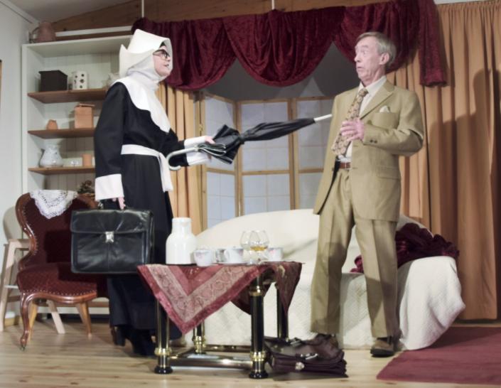 Denn sie wissen nicht, was sie erben, zwei Schauspieler des TaFF Theater Berlin Lübars und Heiligensee beim Schauspiel.