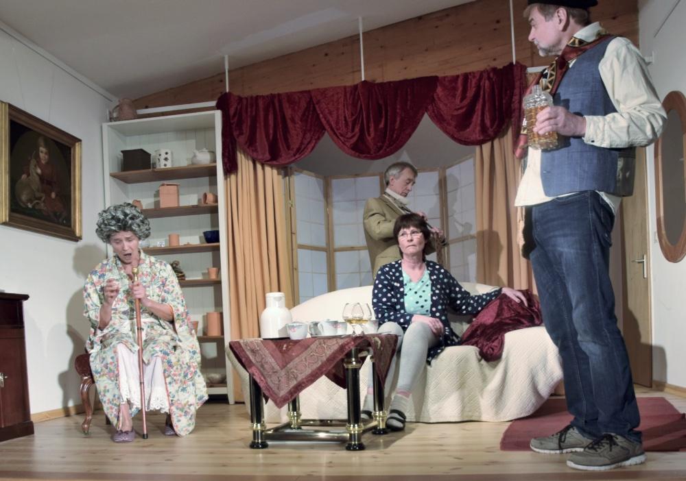 Denn sie wissen nicht, was sie erben, vier Schauspieler des TaFF Theater Berlin Lübars und Heiligensee beim Schauspiel.